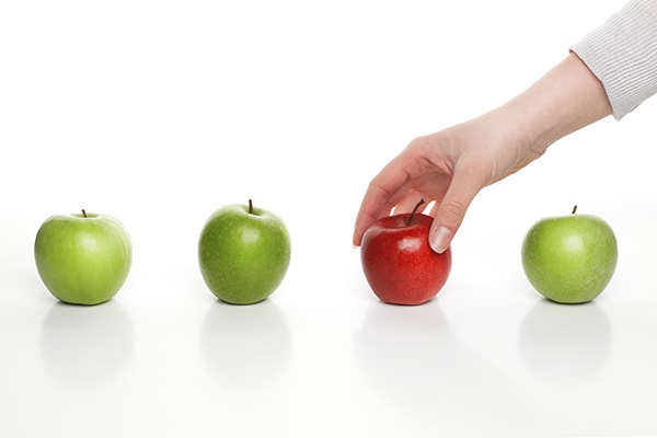 800px_HandChoosingApple_ThinkstockPhotos-467257181.jpg